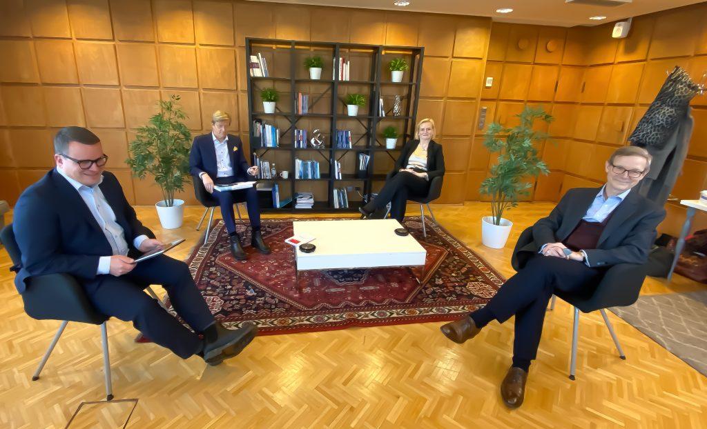 Tom Liljeström, Arja Talma, Ville Tolvanen ja Philip Aminoff keskustelivat aiheesta Boardman alumniverkoston tilaisuudessa.